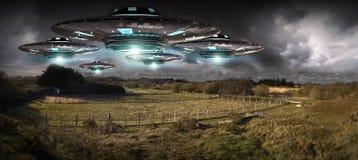 在行星地球landascape 3D翻译的飞碟入侵 免版税库存照片