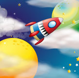 在行星附近的一艘太空飞船 免版税库存图片