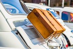 在行李架的皮革手提箱 免版税库存照片
