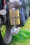 在行李,葡萄酒ajs摩托车的肮脏的杯 免版税库存照片