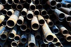 在行样式堆积的金属管 免版税库存照片