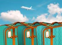 在行的减速火箭的手提箱在有飞行在蓝色多云天空的飞机的机场 库存照片