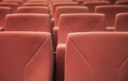 在行的多把红色剧院椅子 库存照片