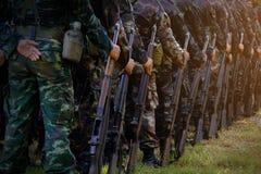 在行的战士立场 争取beretta枪现有量离析了准备好的射击样式武器白色 军队,军事起动线o 免版税库存照片