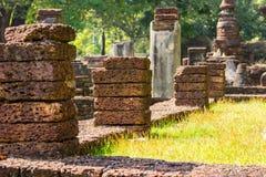 在行的红土带石头 免版税库存图片