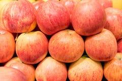 在行的红色苹果 图库摄影