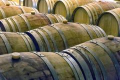在行的老葡萄酒桶在葡萄酒库里面 免版税库存图片