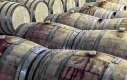 在行的老葡萄酒桶在葡萄酒库里面 库存照片