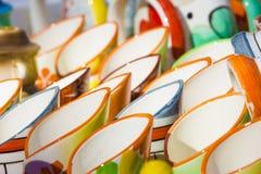 在行的陶瓷杯子 免版税图库摄影