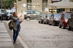 在行销的被增添的现实 有电话的妇女旅客 免版税库存图片