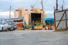 在街市上的卖主卖西瓜和瓜 库存照片