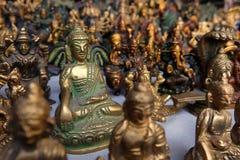 在街市上的小古铜色小雕象在瑞诗凯诗 免版税库存照片