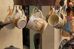 在街市上的手工制造陶瓷杯子在Besalu 免版税库存照片
