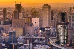 在街市办公楼的都市风景的日落口气 库存照片