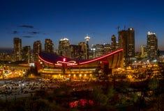 在街市卡尔加里和Saddledome的日落 库存图片