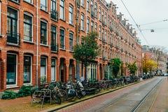 在街市市停放的自行车阿姆斯特丹在秋天期间 库存照片