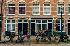 在街市市停放的自行车阿姆斯特丹在秋天期间 免版税库存图片