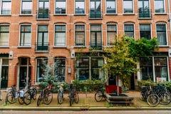 在街市市停放的自行车阿姆斯特丹在秋天期间 免版税库存照片