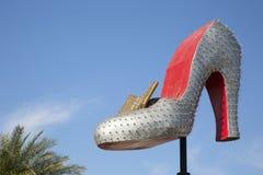 在街市拉斯维加斯入口的大妇女鞋子 免版税库存图片