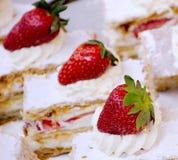 在街市摊位的草莓乳脂状的蛋糕 库存照片