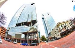在街市沃思堡得克萨斯的富国银行塔 免版税库存图片