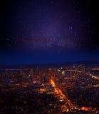 在街市的旧金山的夜空 免版税图库摄影