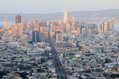 在街市的旧金山的日落光 免版税库存照片