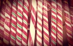 在街市葡萄酒减速火箭的作用的圣诞节红色和白色棒棒糖特写镜头 圣诞节对待概念 免版税库存照片