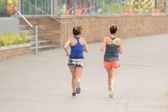 在街市街道上的慢跑者 免版税库存照片
