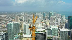 在街市迈阿密布里克尔摩天大楼工地工作的起重机 影视素材