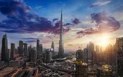 在街市迪拜的日出 库存图片
