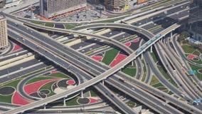 在街市迪拜视图的现代都市多重公路交叉点从顶面储蓄英尺长度录影 图库摄影