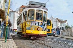 在街市里斯本,葡萄牙街道的旅游电电车  免版税库存照片