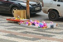 在街市隆德里纳街道上被卖的玩具  免版税库存照片