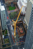在街市建造场所的起重机 免版税库存照片