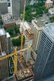 在街市建造场所的起重机 免版税库存图片