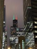 在街市Ch的摩天大楼显示的圣诞节/假日光 库存图片