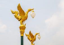 在街灯岗位的泰国传统美丽的金黄天鹅在Th 库存图片