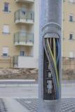 在街灯杆的铜丝 免版税库存照片