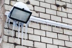在街灯的冰柱 葡萄酒白色砖墙背景 冷的冬天天气概念 软绵绵地集中 图库摄影