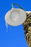 在街灯的冰柱 免版税图库摄影