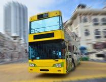 在街角的一辆黄色公共汽车 图库摄影