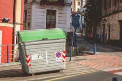 在街道一个典型的公开垃圾容器在西班牙 库存图片