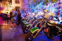在街道一起停放的摩托车 库存图片