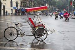 在街道一边的一位出租机动三轮车等待的乘客 库存图片