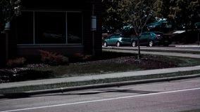 在街道上停放和排行的汽车 免版税库存图片