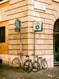 在街道上停放的两辆自行车在罗马 库存图片
