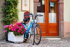 在街道上停放的两辆自行车 免版税库存照片