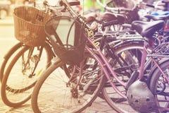 在街道上停放的减速火箭的自行车在斯德哥尔摩 免版税库存图片