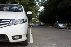在街道上停放的白色汽车 免版税库存图片